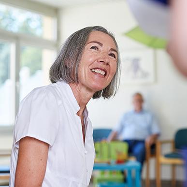 Patientin im Wartezimmer der Beckerklinik