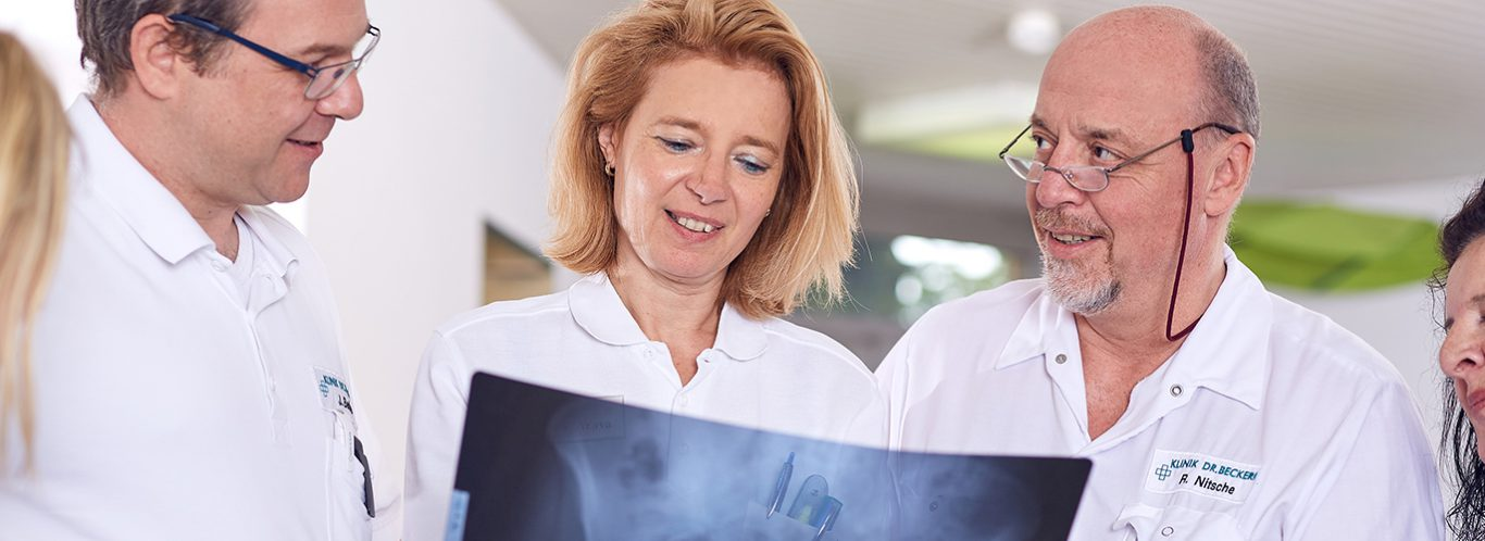 Team der Beckerklinik bei der Besprechung eines Röntgenbilds