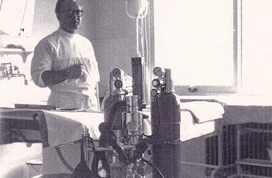Historisches Bild eines OP-Tischs der Beckerklinik